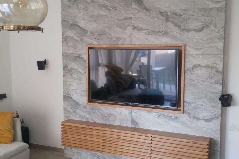 קיר דקורטיבי בסלון מעץ
