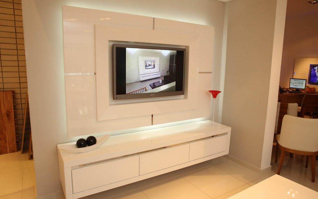 מסגרת לטלויזיה מעץ בצבע לבן דגם 'קרוק'