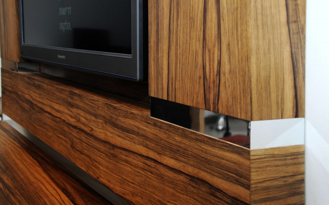 מסגרת לטלויזיה מעץ דגם 'אגוז'