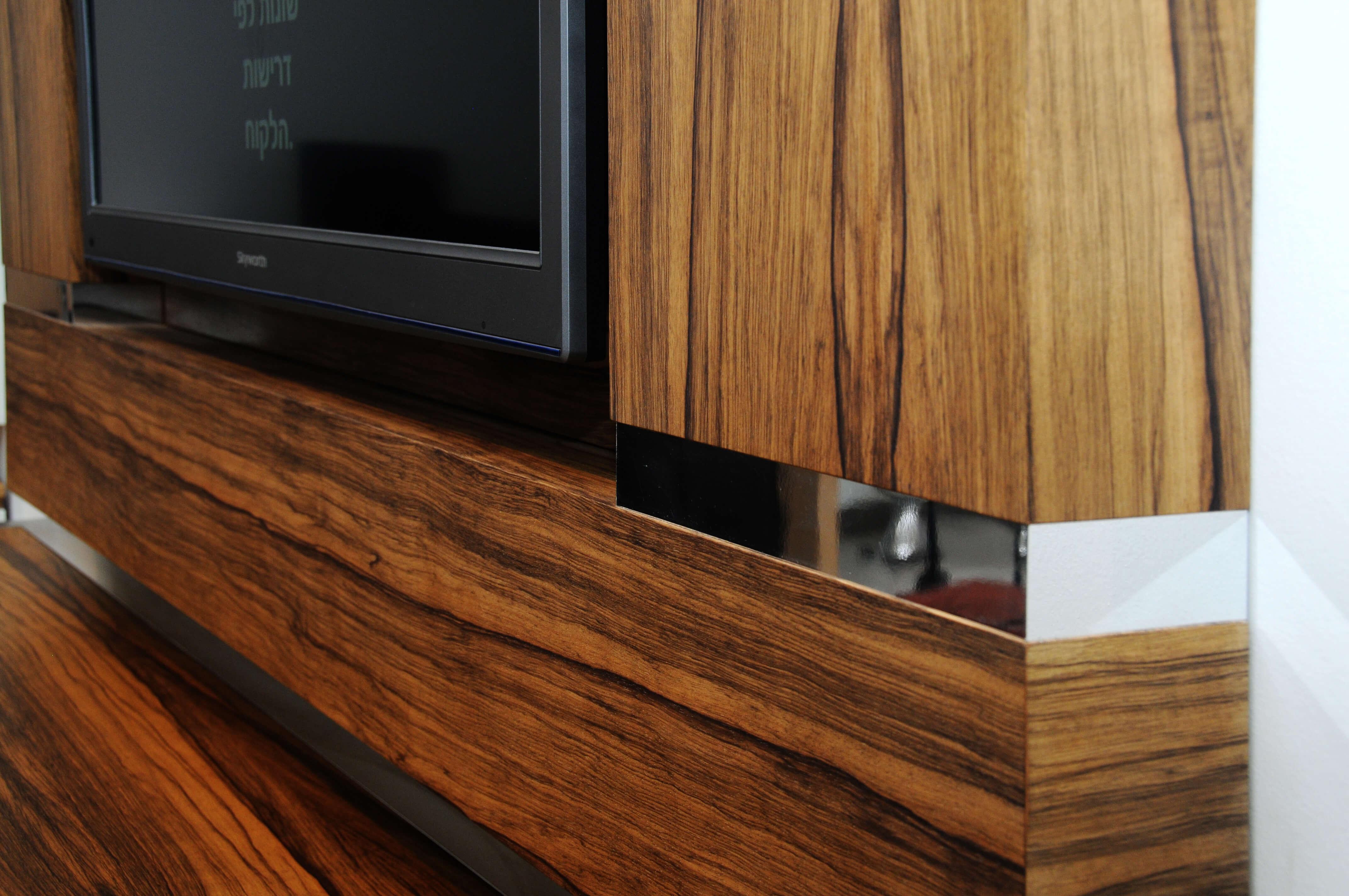 מזנון תלוי ומסגרת לטלויזיה מעץ אגוז