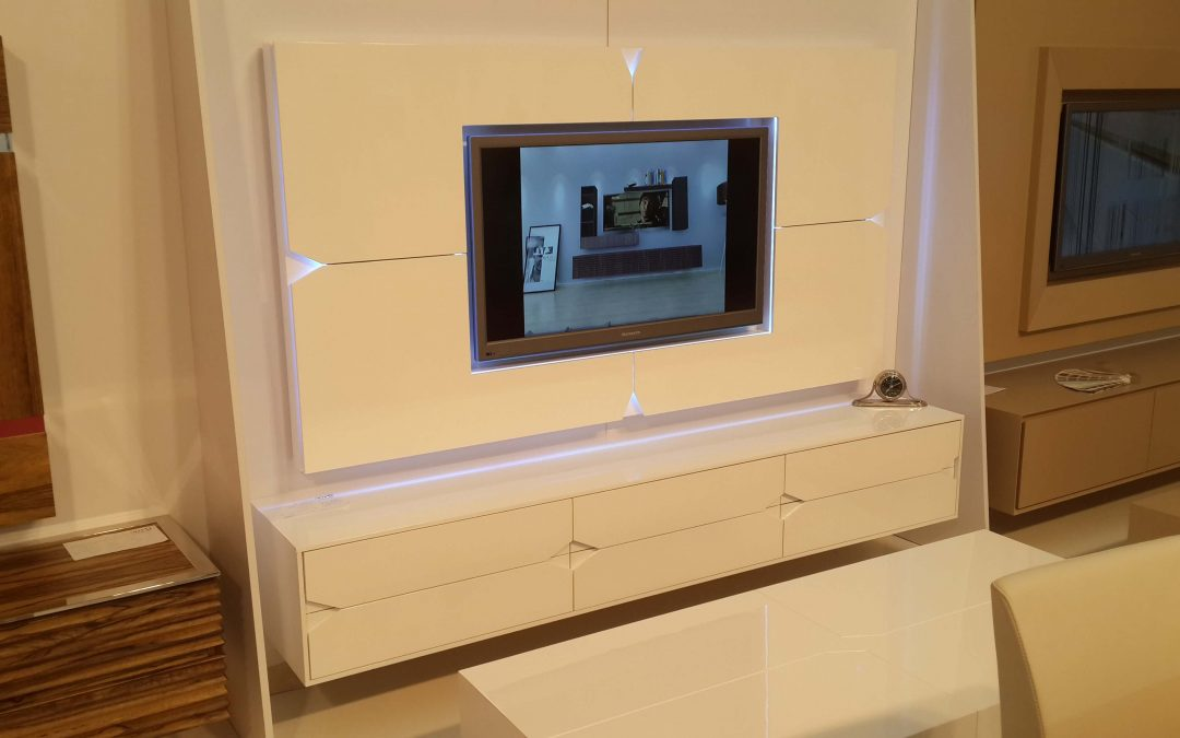 מזנון תלוי כולל מסגרת לטלויזיה מעץ דגם 'מעויינים'