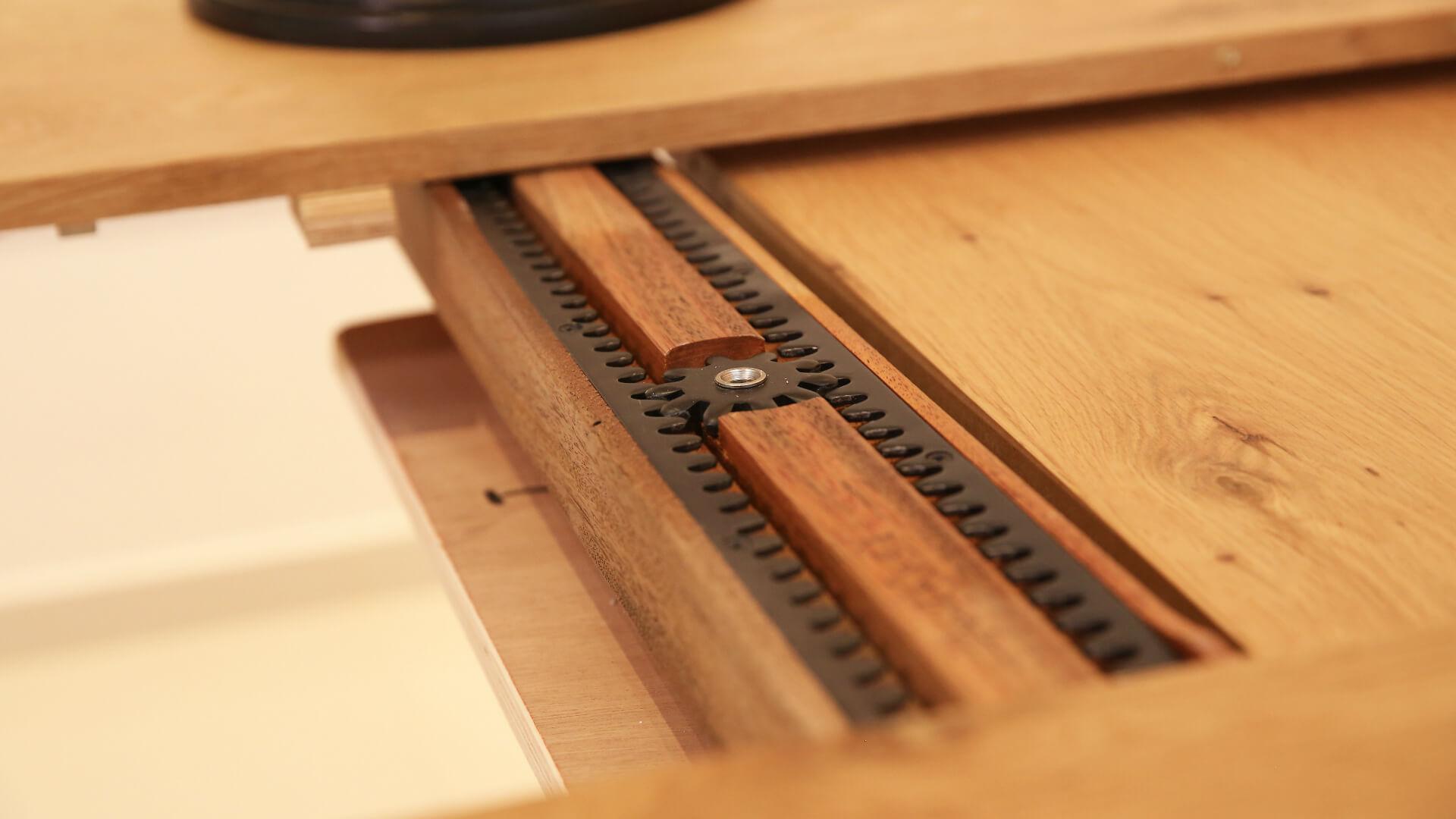 מנגנון פתיחת שולחן אוכל עגול מעץ