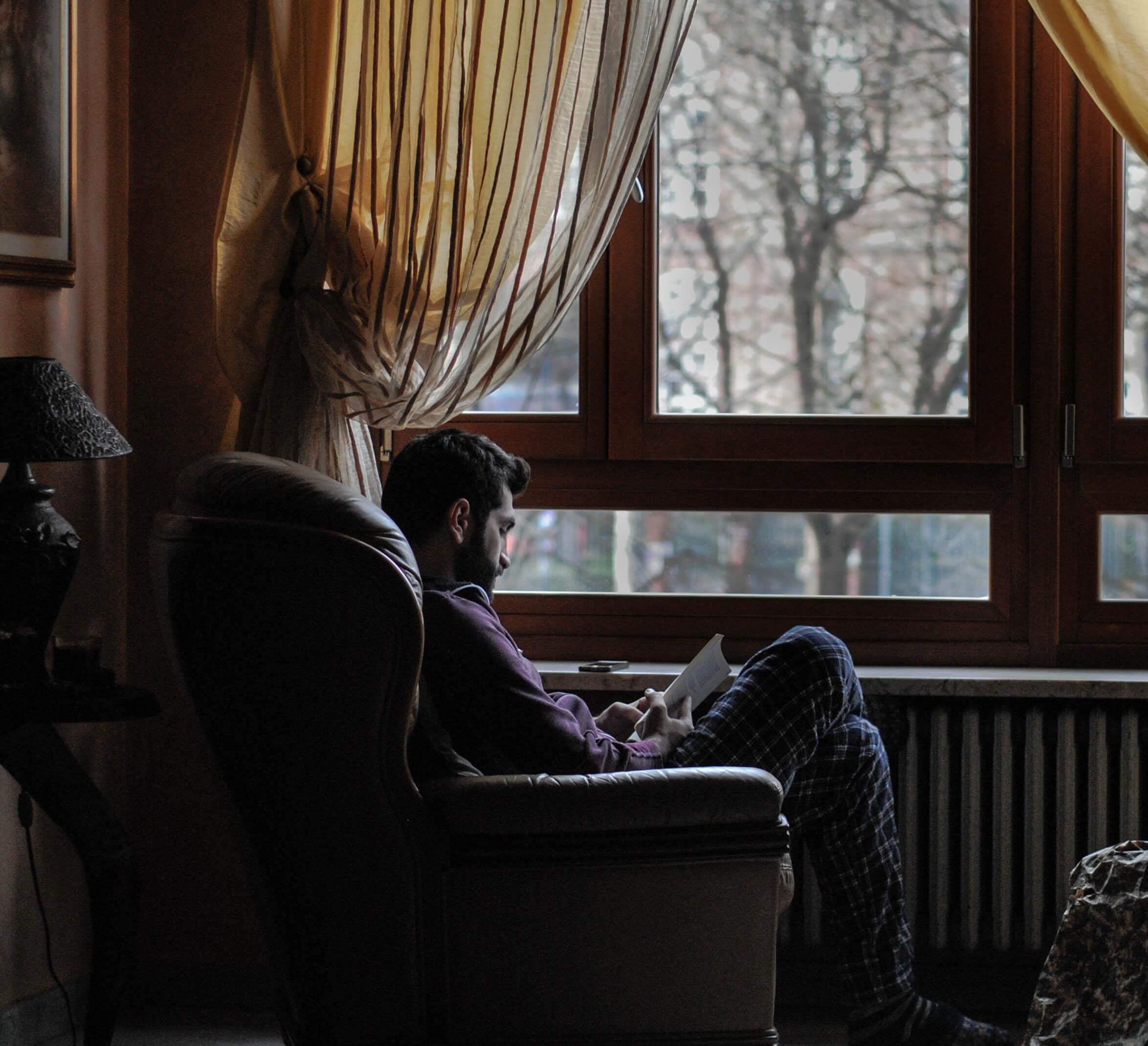 פינת ישיבה ליד החלון בסלון